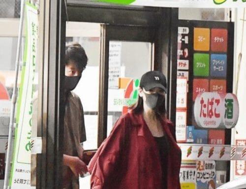 黒いマスクをしている竹内涼真と三吉彩花のフライデー写真